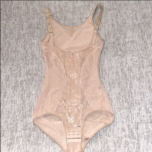 Girdle waist trimmer in nude color